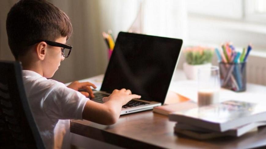 Chłopiec przed komputerem - ilustracja artykułu Program Cyfrowa Gmina – Wsparcie dzieci z rodzin pegeerowskich w rozwoju cyfrowym